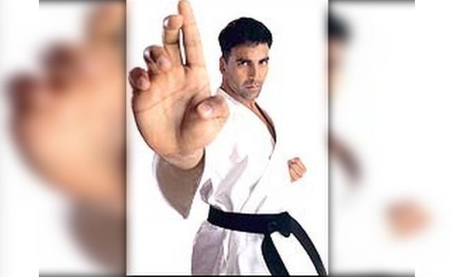 Akshay Kumar Is Bang On Point Helping Girls Learn Self Defense (Watch-Throwback)