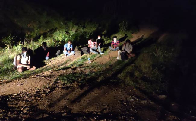 migrants-jump-off-train