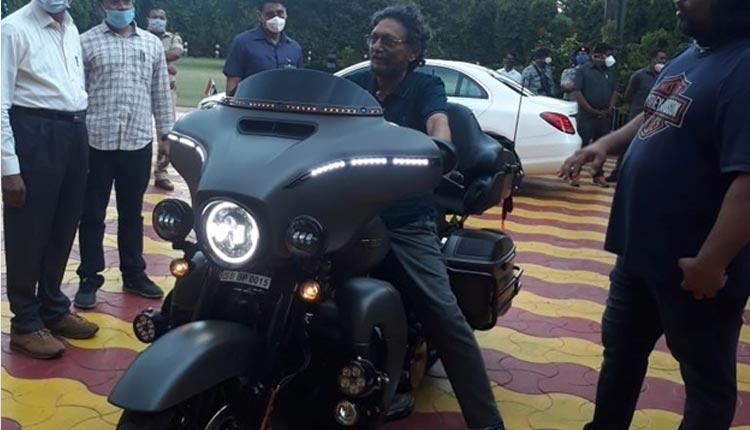 CJI Bobde Checks Out A Harley Davidson Motorcycle, Pictures Go Viral