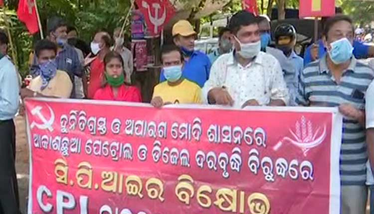 Left Parties Demonstrate Against Fuel Price Hike In Odisha, Demand Prompt Rollback