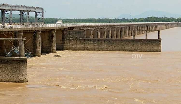 season's first floodwater reaches Mundali