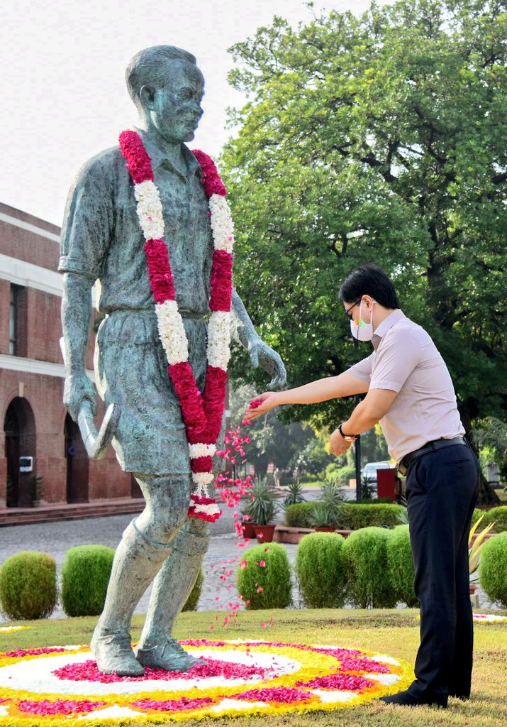Union Sports Minister Kiren pays floral tribute to the statue of Dhyan Chand