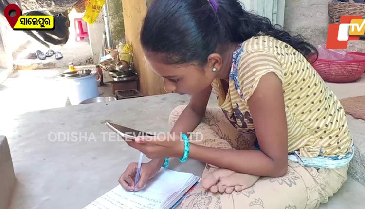 parents sell gold earring to buy mobile phone for daughter's online classes