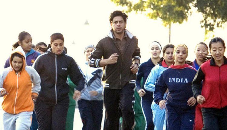 Shah Rukh Khan with his team of girls in Chak De! India
