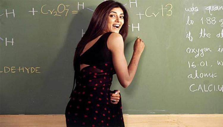 Sushmita Sen as the beautiful chemistry professor, Miss Chandni