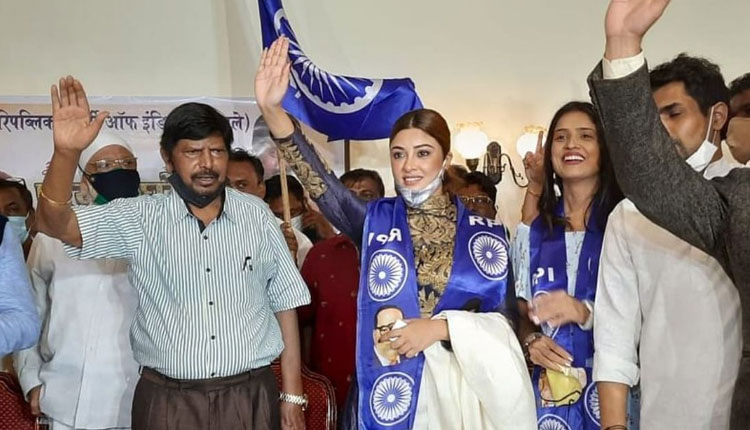 Payal Ghosh Who Accused Anurag Kashyap Of Rape Joins Ramdas Athawale's Party