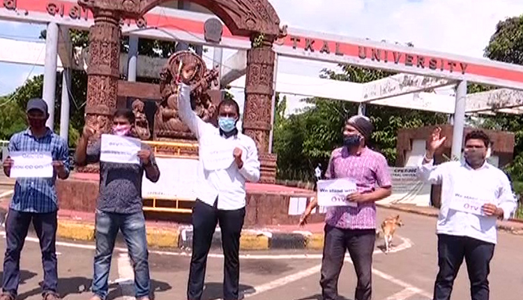 Students At Utkal University Protest Police Excess On OTV Journalist