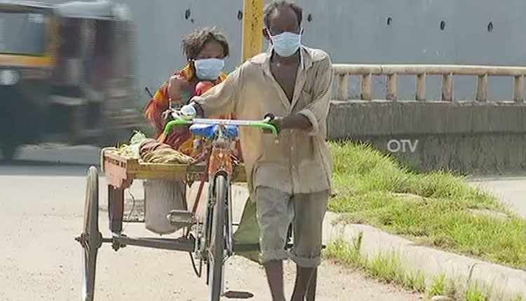 Man Carries Ailing Wife For 90 KM On Hired Trolley Rickshaw