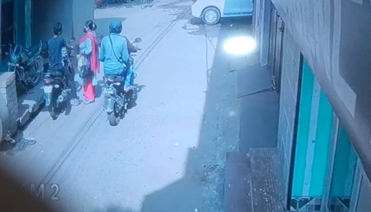 Caught On Cam: Miscreants Snatch Gold Chain From Woman Near Khordha Model PS