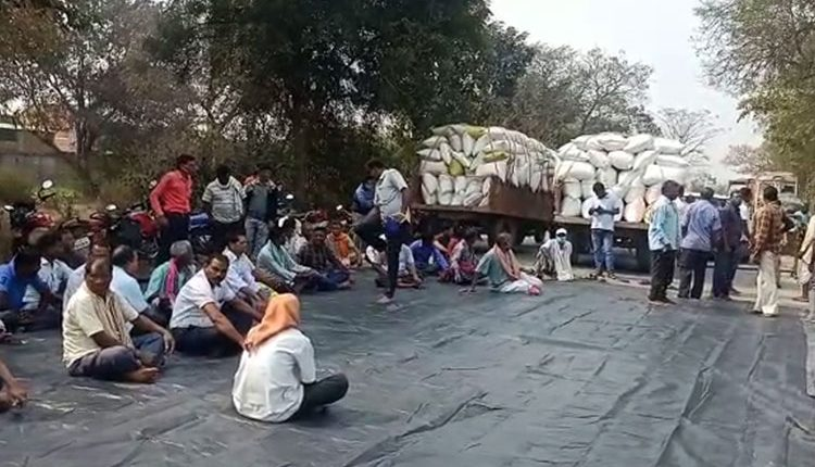 A group of farmers from Lakhanpur block in Jharsuguda district blocked NH- 49 today
