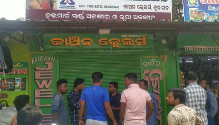 Unidentified miscreants decamped with gold and silver ornaments worth Rs 15 lakh from a jeweller at Kalampur area in Kalahandi district on Wednesday.